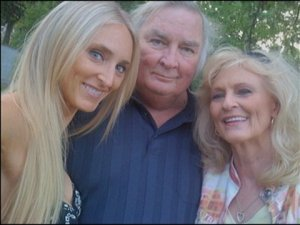 Jennings Osborne with daughter Breezy (left) and wife Mitzi. Osborne died in 2011. Image from KATV.com.