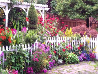 My garden? Nope, but a girl can dream ... Image found on Home Ideas.