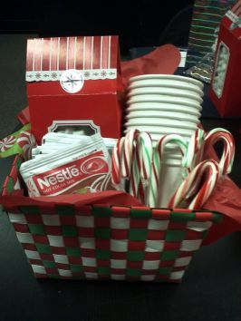 Simple and tasty gift basket, though I'd probably go with Stephen's cocoas (the amaretto is delicious) rather than Nestle. Image found on Pinterest.
